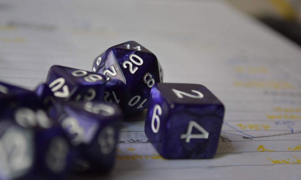 Aprende a jugar a juegos de rol. Dungeon and Dragons y sus dados.