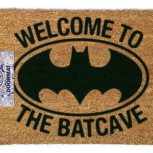 """Todos los aficionados a los cómics lo disfrutarán. La alfombra de Batman - """"Bienvenidos a la Batcueva"""", tiene un muy buen acabado y un práctico colgador; lo que hace que sea muy fácil de colgar en la pared. La alfombra naturalmente tiene un gran logotipo de Batman y el eslogan """"Welcome to the batcave"""" (Bienvenido a la baticueva)."""