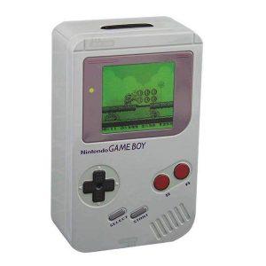 Hucha de metal inspirada en la icónica Game Boy original, la hucha tiene un diseño retro clásico