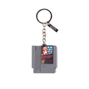 Muestre su amor por todo lo relacionado con los juegos retro con este impresionante llavero Super Mario NES Game Cartridge 3D. Con detalles interesantes, este llavero es el compañero perfecto para cualquier manojo de llaves.