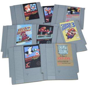 Proteja sus mesas y superficies con estos Posavasos de Cartucho NES súper geniales. El regalo perfecto para los jugadores, estos posavasos fantásticos están en la forma y el estilo de los cartuchos de juegos clásicos de NES. Impresiona a tus amigos con estas montañas rusas retro que cuentan con algunos de los juegos más emblemáticos de NES, como Metroid, Donkey Kong y The Legend of Zelda. Este paquete contiene 8 posavasos de doble cara que presentan elegantes diseños de juegos NES.